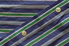 Peça da camisa listrada azul esverdeado com botões textura ou fundo Imagens de Stock Royalty Free