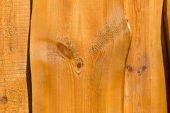 Peça da cerca de madeira áspera incolor leve com pranchas curvadas Imagens de Stock Royalty Free