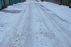 Peça da estrada com neve suja cinzenta e branca imagem de stock royalty free