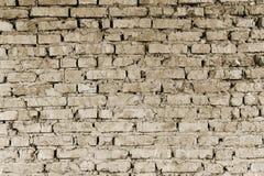Peça da parede de partes do tijolo de uma construção velha para a demolição toning imagens de stock