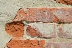 Peça da parede de tijolo velha imagens de stock
