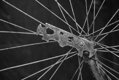 Peça da roda de bicicleta com um raio e uma ferramenta velha na porca imagens de stock royalty free