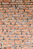 Peça das paredes de tijolo vermelho da construção velha Sharp e contraste com parte superior mais forte das sombras da foto imagem de stock