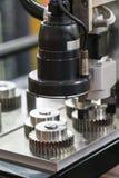 A peça de elevada precisão da inspeção do operador automatiza perto o syste da visão foto de stock