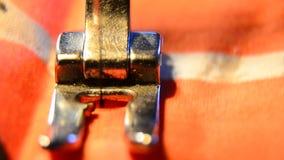 Peça de funcionamento da máquina de costura com pano colorido vídeos de arquivo