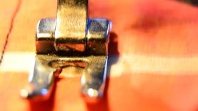Peça de funcionamento da máquina de costura com pano colorido Ziguezague do ponto da agulha na luz dramática, filme