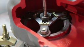 A peça de giro da máquina de processamento do metal vídeos de arquivo