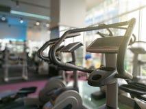 Peça de máquinas de Airwalk da etapa no gym da aptidão - Foco seletivo Imagem de Stock