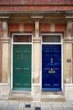 Peça de madeira brilhante de duas portas de um edifício fotografia de stock