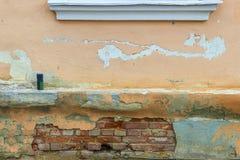 Peça de uma parede da casa velha do tijolo com uma lata Fotografia de Stock Royalty Free