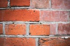 Peça de uma parede do vermelho de tijolo nas etapas fotos de stock royalty free