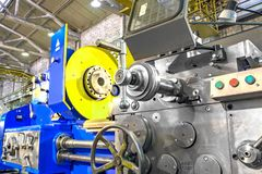 Peça do close up da máquina industrial na fábrica em trabajo em metal fotos de stock royalty free