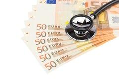 Peça do estetoscópio profissional em euro- notas Fotos de Stock