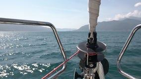 Peça do nariz do navio em ondas Mova-se para a frente no mar no grande yach de navigação branco video estoque