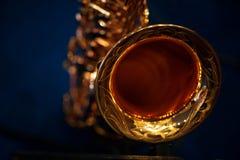 A peça do saxofone do ouro da válvula imagem de stock royalty free