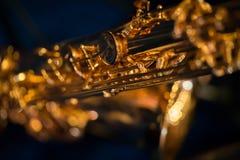 A peça do saxofone do ouro da válvula fotografia de stock