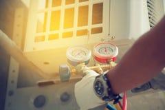 Peça do técnico e do A do condicionamento de ar da preparação instalar n foto de stock royalty free