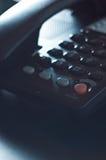 Peça do telefone em uma mesa de escritório preta Imagem de Stock
