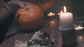 Peça superior com faca, começo da abóbora de Dia das Bruxas do corte que faz a jaque-lanterna, com um crânio no fundo do preto es filme
