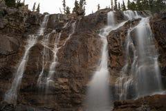 A peça superior da cachoeira da angra do emaranhado apenas fora da via pública larga e urbanizada de Icefield, Canadá, exposição  imagens de stock