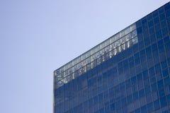 Peça superior de uma parede da janela de vidro de um prédio de escritórios foto de stock royalty free