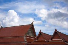 Peça superior do detalhe tailandês do telhado do templo imagens de stock