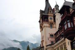 Peça a vista do castelo de Peles em um dia nebuloso Fotografia de Stock Royalty Free