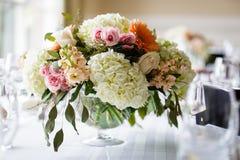 Peças centrais da tabela com flores imagens de stock