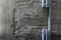Peças das tubulações plásticas do pvc fixadas na parede Imagens de Stock