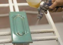 Peças de madeira de pintura Câmara da pintura, arma de pulverizador Fabricação da mobília imagem de stock royalty free