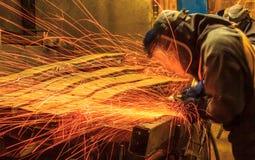 Peças de moedura do trabalhador com faíscas Imagem de Stock Royalty Free