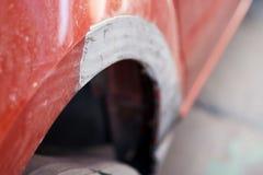 Peças de um carro após um acidente, trabalho de fixação em curso Carros da oficina de reparações foto de stock