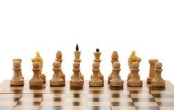 Peças do jogo de xadrez brancas no tabuleiro de xadrez de madeira Foto de Stock Royalty Free