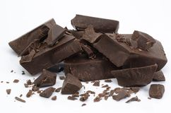 Peças escuras quebradas do chocolate fotografia de stock royalty free