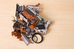 peças sobresselentes compactas quebradas da câmara digital isoladas no branco Imagem de Stock