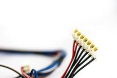 Peças velhas dos fios e dos conectores bondes no fundo branco imagens de stock royalty free