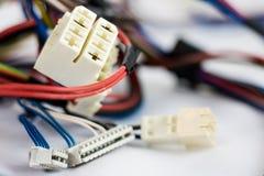 Peças velhas dos fios e dos conectores bondes no fundo branco imagens de stock