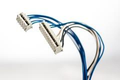 Peças velhas dos fios e dos conectores bondes no fundo branco imagem de stock