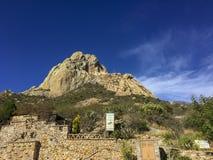 Peña De Bernal, wiejski widok w magicznym wzgórzu sławnym dla mieć jeden wielcy monolity w świacie obraz stock