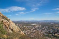 Peña De Bernal, wiejski widok w magicznym wzgórzu sławnym dla mieć jeden wielcy monolity w świacie obraz royalty free