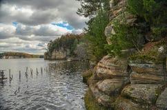 Peñascos en el río Wisconsin fotografía de archivo