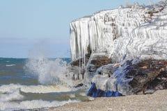 Peñascos helados a lo largo de la línea de la playa del lago Erie imagen de archivo libre de regalías