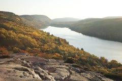 Peñascos y árboles sobre el lago con colores de la caída en Michigan Imagenes de archivo