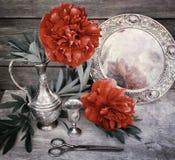 A peônia vermelha em um jarro do metal Ainda-vida no estilo retro Fotografia de Stock