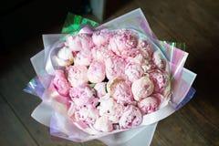 Peônias em um ramalhete das flores fotos de stock
