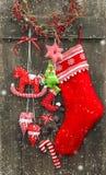 A peúga e os brinquedos feitos a mão de Santa da decoração do Natal Fotografia de Stock
