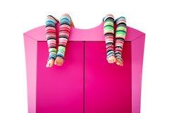 Peúgas coloridas brilhantes em um armário Imagem de Stock Royalty Free