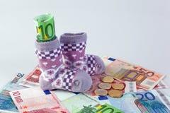 Peúgas das crianças e euro- notas de banco Foto de Stock Royalty Free