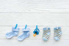 Peúgas do bebê na corda no fundo de madeira Imagem de Stock Royalty Free