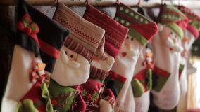 Peúgas do Natal na chaminé fotografia de stock royalty free